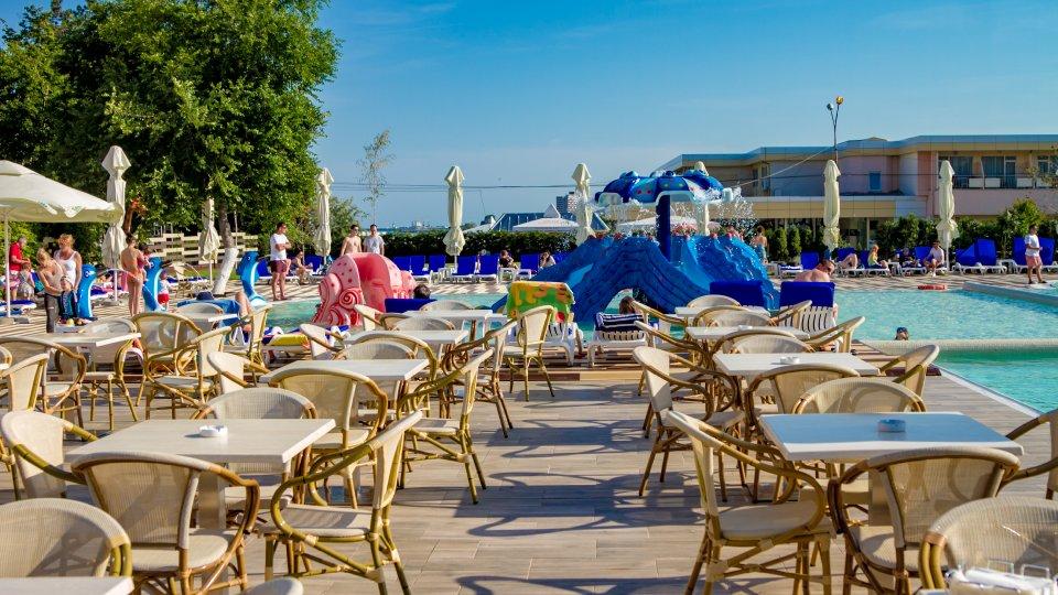 Cazare litoral vile - camera king - terasa cu piscina