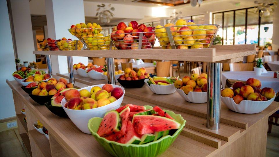 Cazare litoral vile - apartament junior - masa cu fructe