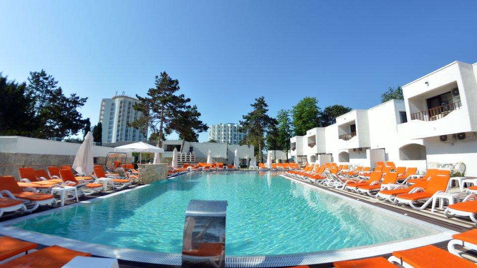 Cazare litoral vile - apartament junior - piscina cu sezlonguri