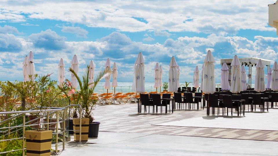 Cazare all inclusive Onix  Cap Aurora - apartament junior cu jacuzzi - terasa cu umbrele