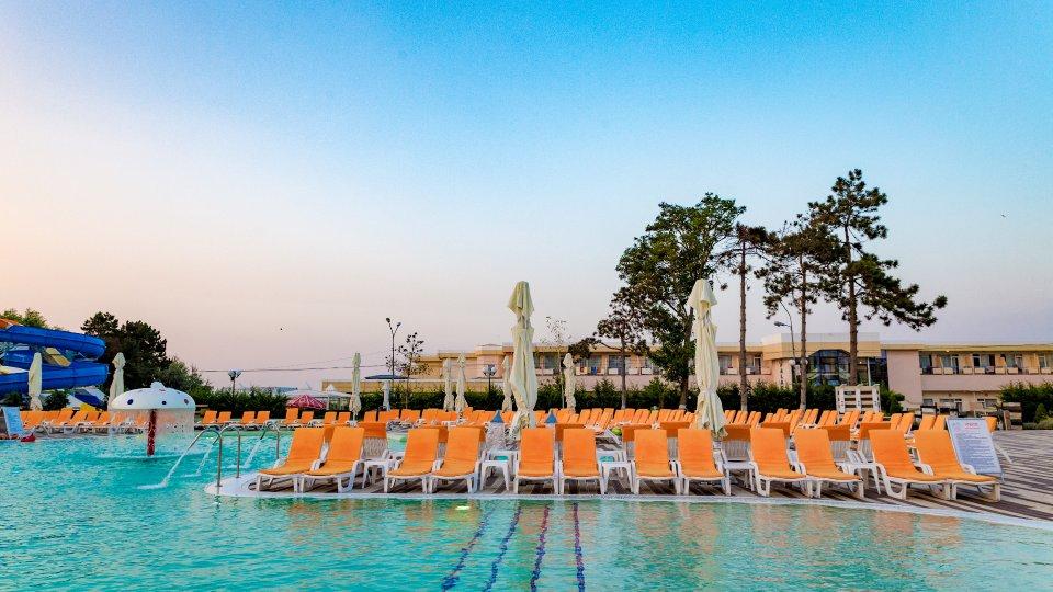 Cazare litoral vile - camere comunicante - piscina cu sezlonguri