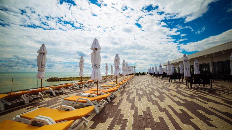hoteluri premium Cap Aurora - Camera dubla family - terasa cu sezlonguri