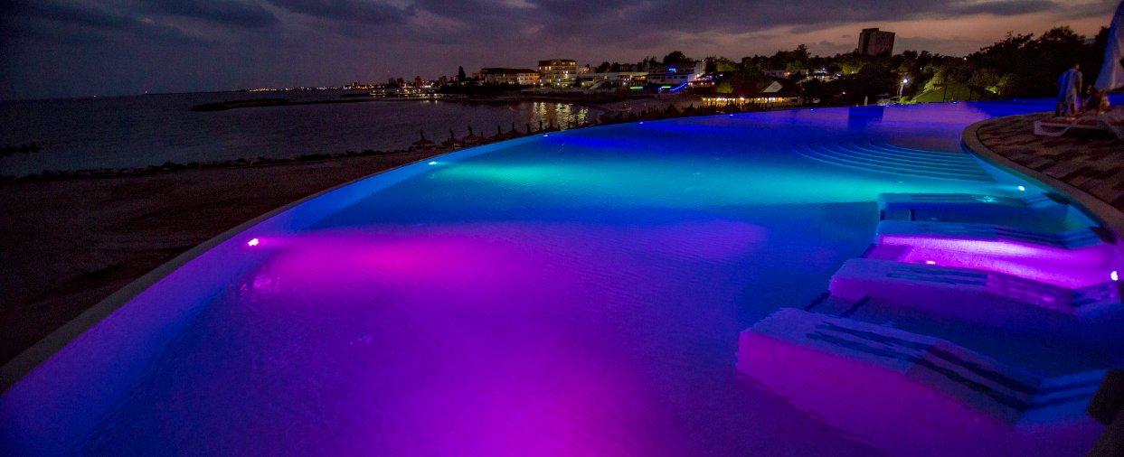 piscina infinity noapte la mera onix