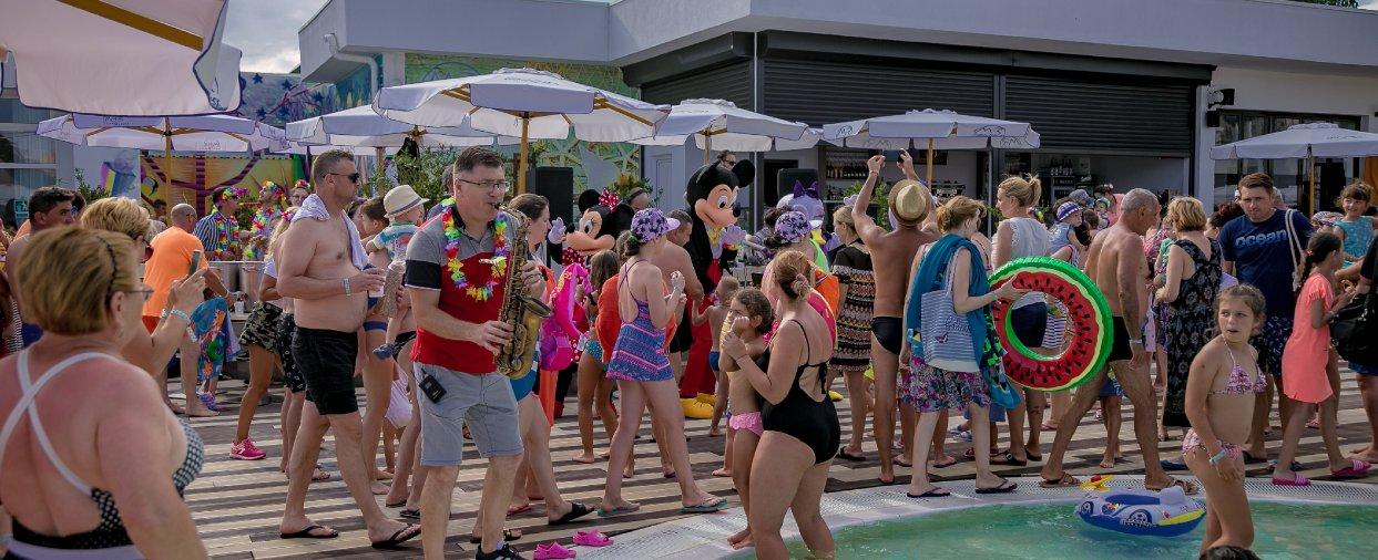 distractie pe plaja la party hawaiana la all inclusive litoral 10