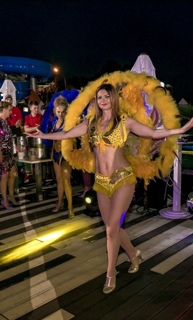 dansatori exotici la petrecere la mare