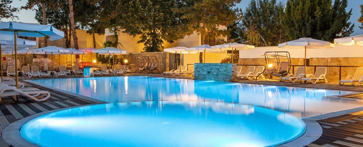 piscina noaptea la vilele mera resort din sudul litoralului