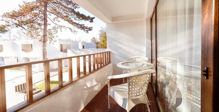Cazare pe litoral la vile in camera king - vedere de pe balcon - Mera Resort