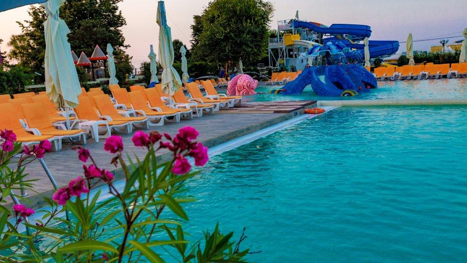 sejur all inclusive - piscina pentru copii - sezlonguri