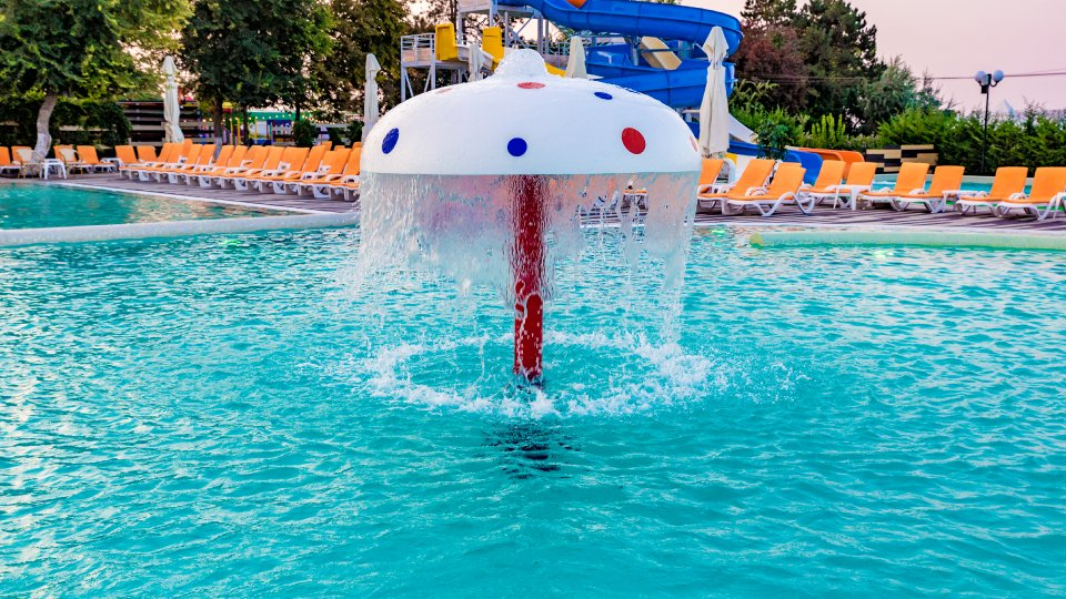 sejur all inclusive - piscina pentru copii - umbrele de apa acvatice