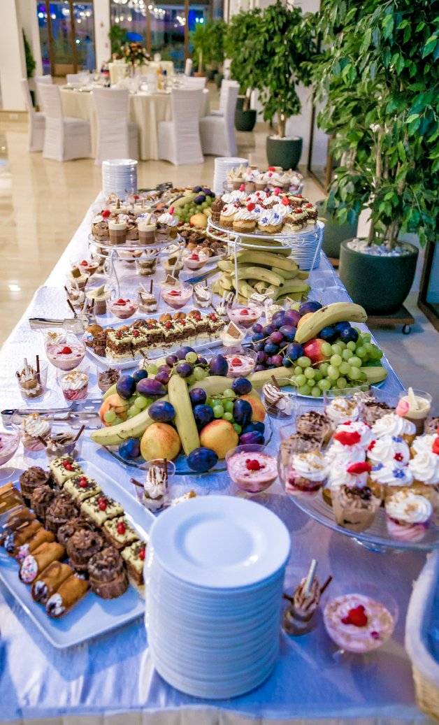 Evenimente private - platou de fructe si prajituri