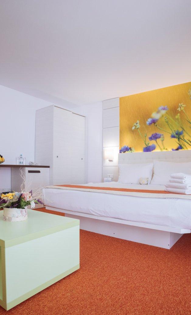 Cazare litoral vile - camera king - vedere in dormitor